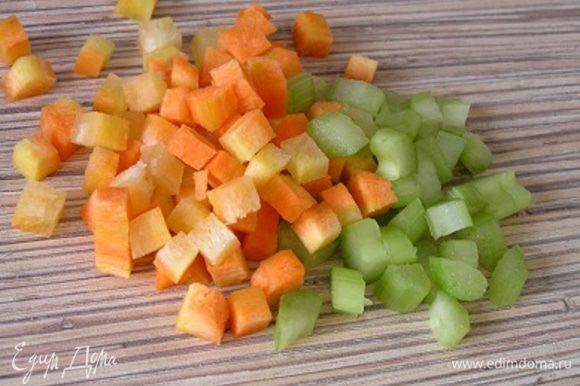 Нарезать морковь и сельдерей маленькими кубиками.