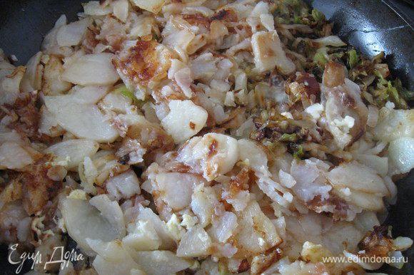 Затем переложить капусту к картофелю. Посолить, закрыть крышкой и потомить на маленьком огне минут 10. Мои домашние любят,когда я вливаю 2 взболтаных яйца, за несколько минут до того как снять с газа.