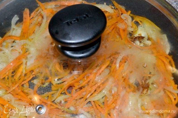 ,лук с морковкой(соломкой),карбонат(режем полосками).У меня пара сковородок,так что с этим заданием я справилась быстро)