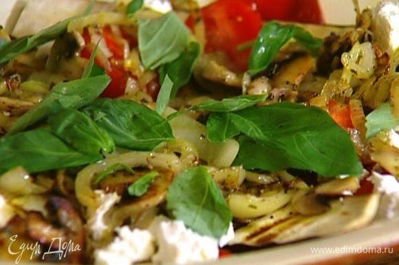 Готовые грибы с луком выложить сверху на салат, сбрызнуть все оливковым маслом и украсить листьями базилика.
