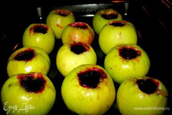 Берём деревенские крепкие зелёные яблочки... убираем серединку...наполняем свежей чёрной смородой перетёртой с сах.песком...ставим в духовку и нагоняем до200гр., готово через15мин.