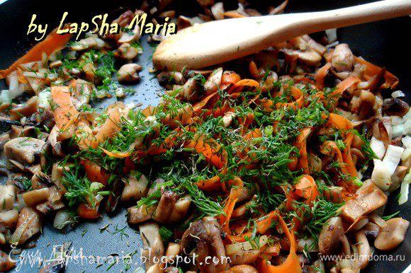 Грибочки помыть или почистить, если надо. Нарезать довольно мелко и положить в сильно разогретую сковороду, перемешать. Нарезать луковицу мелко, морковь натереть на терке или порезать с помощью овощечистки. Когда лишняя влага из грибов выйдет добавить масла, морковь и лук. Посолить, добавить тимьян и укроп, грибочки отлично работают с этими травами. Перемешать и обжарить все вместе до золотистости. Проверьте начинку на соль.