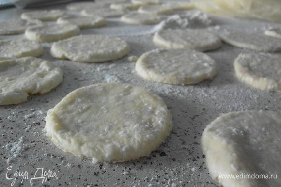 Раскатать тесто в тонкий пласт и вырезать из него кружечки.