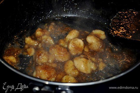 Разогреем сковороду добавим слив. масло для начинки,коричн.сахар и готовим помешивая 1-2мин. Затем бананы, мускат.орех,корицу, соль, ваниль,мешаем еще 1-2мин.Снять с огня,добавить ром и вернуть на огонь.Делаем фламбе примерно 1мин.