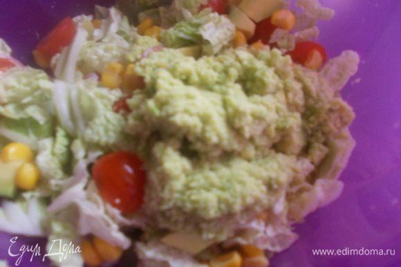 поливаем салат заправкой, перемешиваем, выкладываем на тарелку и подаем.