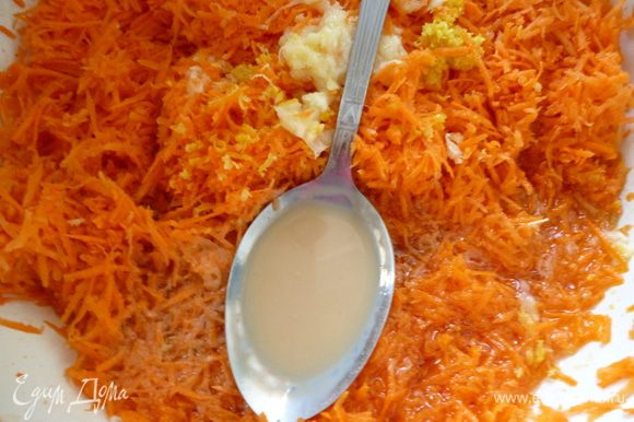 К натертой моркови добавить растительное масло,ликер и яичную смесь,ванильный сахар.