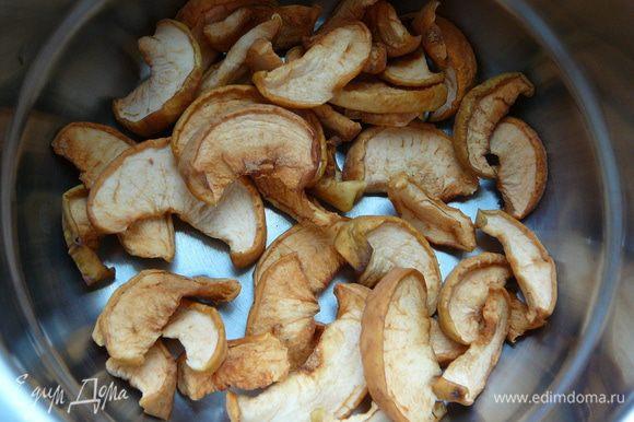 Приготовим отвар,для этого яблочную сушку зальем водой(можно добавить щепотку корицу или палочку)и поставим варить,как только закипит проварит еще 5 минут.Накрыть крышкой и оставить минут на 15 под крышкой настаиваться.