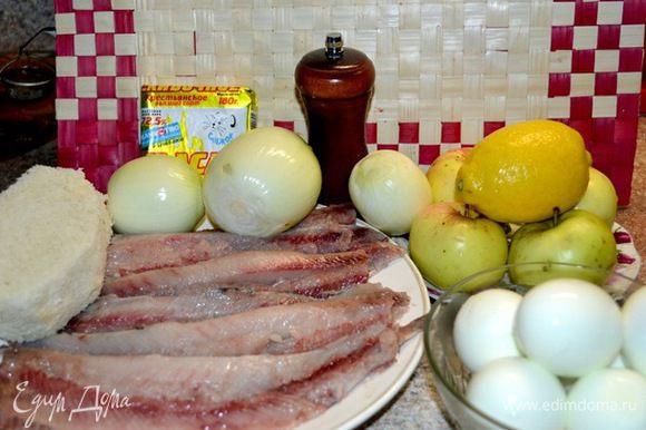 селёдки 3шт. пол лимона сока 200гр.масла слив. пару кусочков булки без корочек 6 яиц лук средн.2штуки яблоки небольших 4шт. перец чёрн.