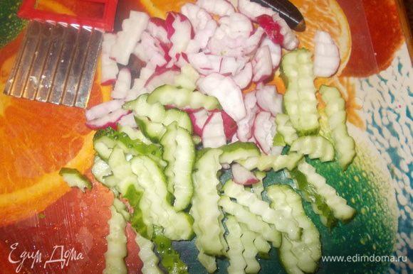 огурцы и редис нарезаем соломкой или так как вам больше нравиться и смешиваем в салатнике,солим.