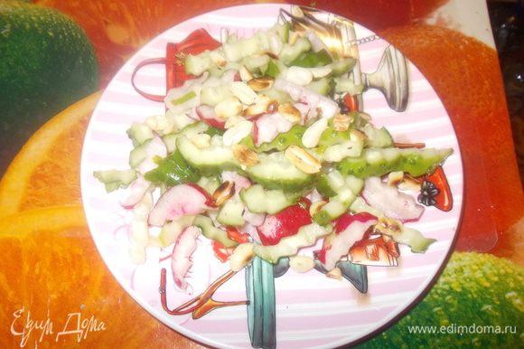 орехи порубить и обжарить на сухой сковороде.заправляем салат,перемешиваем.при подаче посыпаем орешками.
