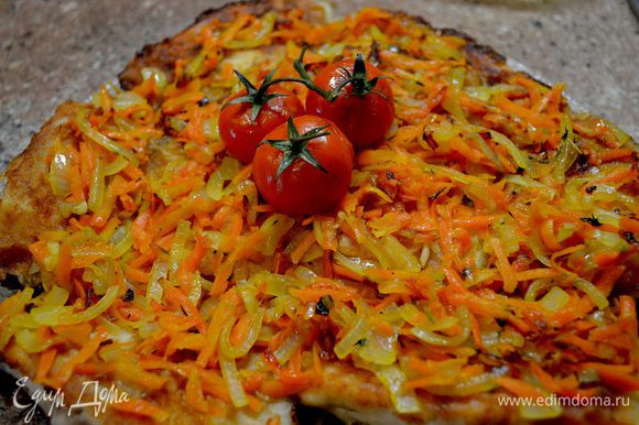 Готовую рыбу укладываем на блюдо,в это время обжариваем лук(соломкой порезанный),морковь(на крупной тёрке)кто любит добавьте томатного соуса.Готовым луком с морковью накрываем нашу рыбу и оставляем мин.на 10-15 пропитаться.