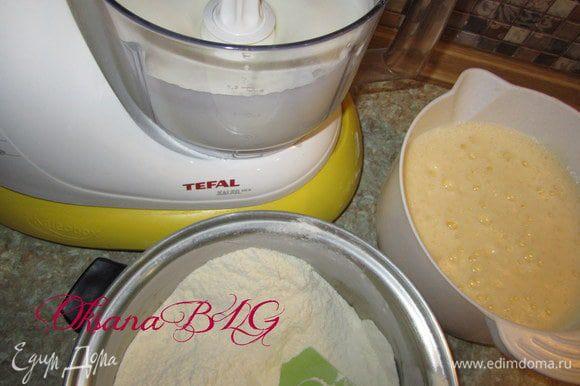 Желтки, воду(теплую), половину сахара, растительное масло взбить. Муку, половину сахара, соль, разрыхлитель смешать.