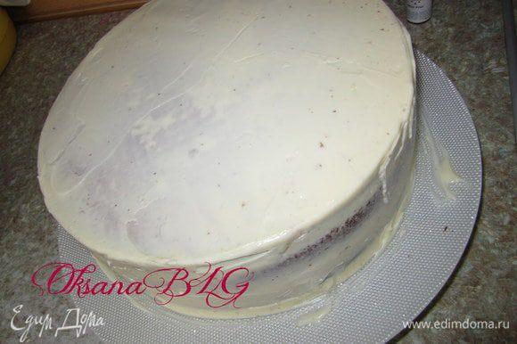 После охлаждения, торт перевернуть и украсить по желанию. Можно просто покрыть взбитыми сливками или белым ганашом.