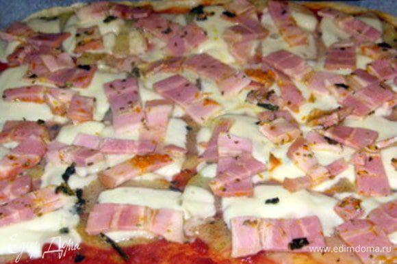 Через 5 минут снова достать пиццу и выложить на неё грудинку. Выпекать ещё 5 минут. Buon appetito!