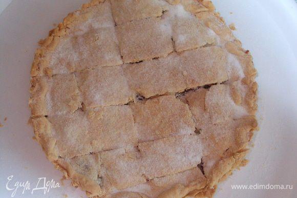 посыпать сахарной пудрой и сразу разрезать на маленькие кусочки