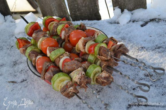 Нарезаем кабачок,перец,на шампура надеваем поочерёдно...