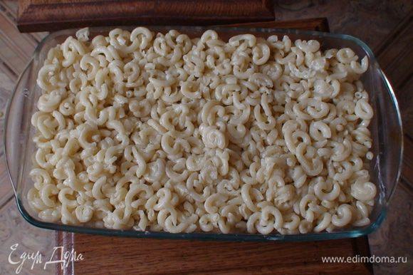 Далее укладываем макароны розровняв их, наверху либо смазываем яйцом либо 2 ст.л. сметаны и в духовку при 180С на 30 мин.