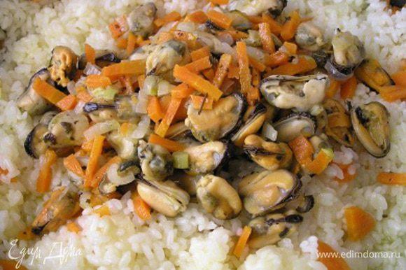 Затем посолить, добавить ранее приготовленные мидии, перемешать, влить апельсиновый сок, тушить еще минут 5 до готовности риса (если нужно, добавьте немного воды).