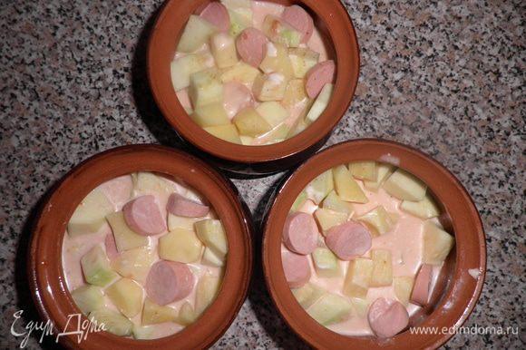 Необходимо картошку и кабачки нарезать кубиками. Сосиски режем кружочками. Раскладываем в горшочки и заливаем соусом на 2/3 горшочка. Для соуса необходимо (для 1 горшочка) по 1 ст.л. сметаны,майонеза,кетчупа все это разбавить 50 мл.воды и все перемешать.Соус солим по вкусу и добавляем специи на любителя.