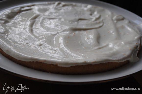 Готовим сметанный соус: смешать сметану с сахаром и апельсиновой цедрой. Пропитать соусом все 3 коржа (оставить немного соуса, чтобы смазать края торта). Оставить их на 20-30мин для пропитки.