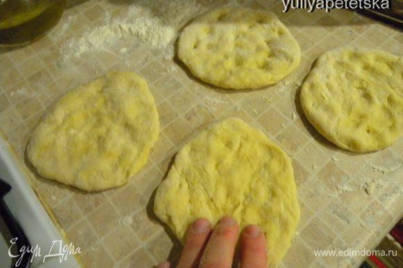 Тесто. Яйца взбить с солью и водой вилкой. Просеять на стол муку. В центре муки сделать ямку и вылить туда жидкость. Замесить тесто. Разделить на количество «крышек» (в моем случае 4 крышки). И расплескать руками лепешки. Или раскатать скалкой.