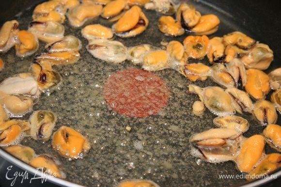 Вместо тяжелой чугунной у меня Tefal с высокими бортиками. Разогреваем оливковое масло на сковороде. Кладем мидии, солим и готовим 7-10 минут. Достаем мидии со сковороды и откладываем на блюдо.