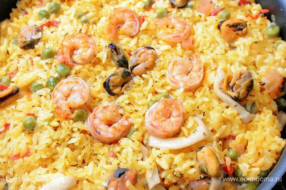 Добавить креветки и мидии, и довести рис до готовности.