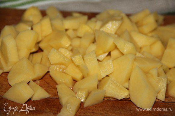 Пока варится чечевица, чистим и режем картофель удобным для вас способом. Через 10-15 минут добавляем в суп и варим до готовности.