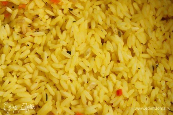 Рис нужно варить до полуготовности. Минут 10. Потом слить воду. такой вот красивый ароматный желтый рис получается.
