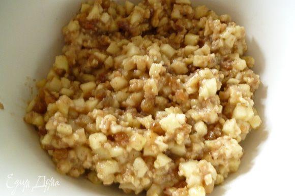 Добавить орехи,по желанию корицу,ванилин или цедру,перемешать.