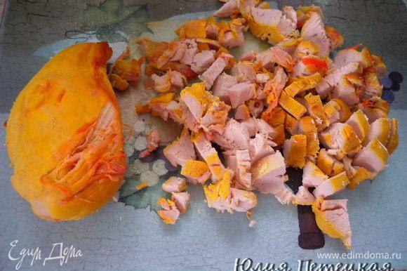 Отварную грудку порезать на кусочки, полить заправкой. У меня вкуснючий малиновый соус. У меня такой цвет мяса потому, что варился в морковном бульоне.