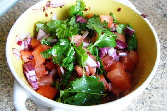 Смешаем в миске помидоры, лук, сок половины лайма, половину листьев кинзы. Посолим и поперчим.