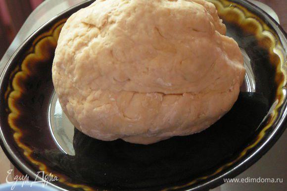 Замесить эластичное и однородное тесто, скатать в шар. Накрыть и оставить в теплом месте до увеличения в 2 раза (у меня 1 час)