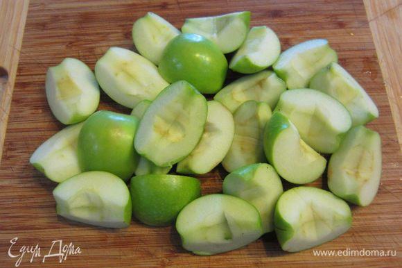 Тем временем готовим начинку. Разрежьте яблоки на сегменты. У меня яблоки были маленькие, поэтому я разрезал на четыре части. Удалите семена и коробочки, чтобы не попадались твердые части. Кожуру можете оставить - кто как любит.