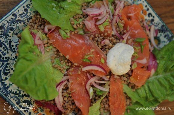 Подавать салат со сметанной заправкой.