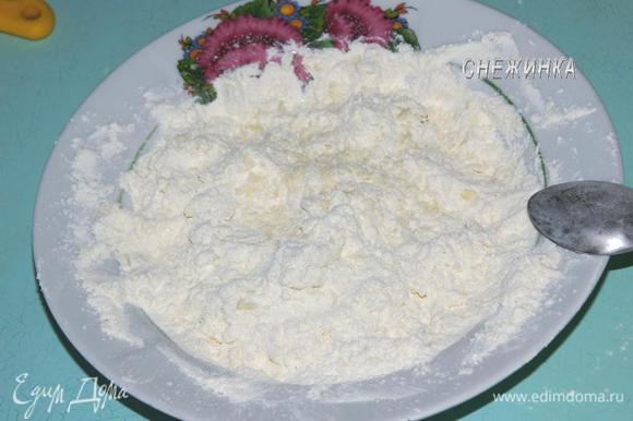 Муку смешать с солью и разрыхлителем, добавить холодное сливочное масло, порубить в крошку.