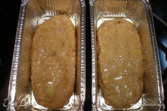 """Форму смазываем сливочным маслом и выкладываем тесто. Смазываем яйцом (у меня на это """"пошло"""" 1 перепелиное). Я пекла хлеб в маленьких одноразовых формах, поэтому хватило 30 минут при 180 С."""