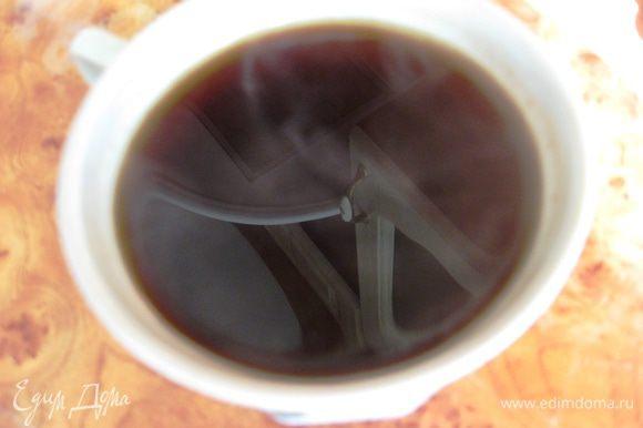 Ставим на самый медленный огонь. Присматриваем, чтобы не убежало. Иногда помешиваем. Когда верхушка только начнет подниматься выключаем огонь. Даем 5 минут постоять. Во-первых, все не нужное опуститься, во-вторых кофе настоится как надо! Выливаем в чашку.