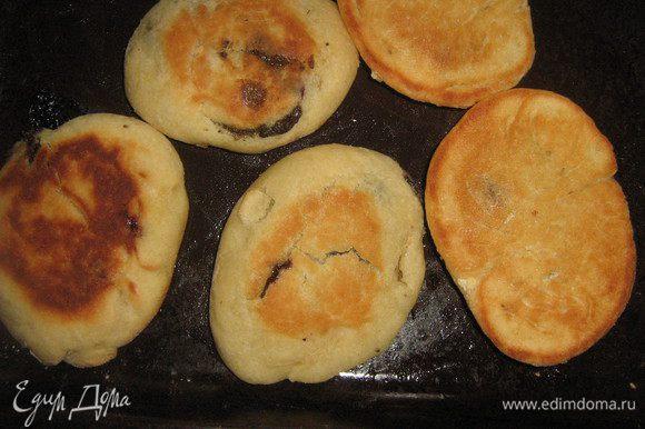 Выпекаем в духовке при 200 градусах или жарим на сковороде, смазанной раст. маслом до готовности. В духовке мне пришлось перевернуть, но все зависит от самой духовки. Итак, испекли, аромат-то какой... А пока булочки-пирожки остывают заварите чай. Наслаждайтесь!
