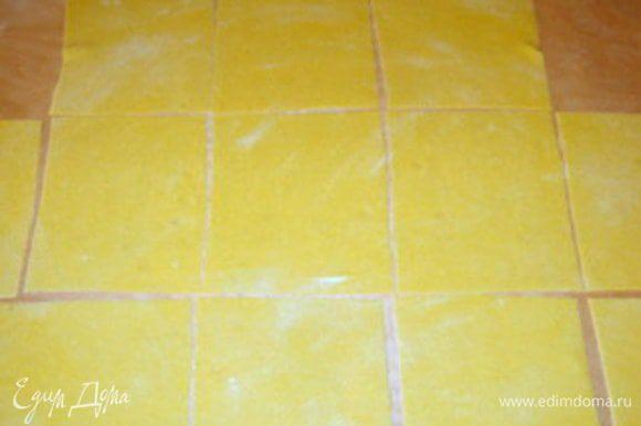 Раскатать тесто в тонкий, почти прозрачный пласт (сфолью). Нарезать на прямоугольники 10х14 см.