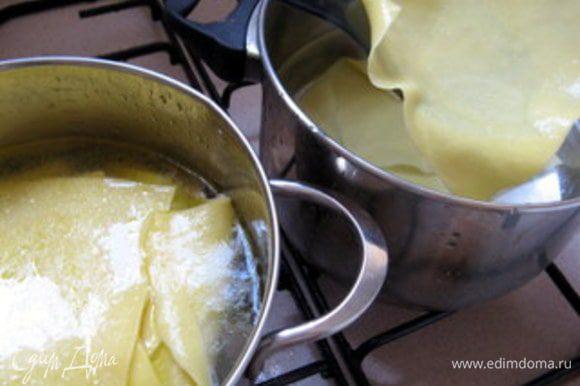 Приготовить кастрюлю с холодной водой. Шумовкой достать готовые куски пасты и перенести в холодную воду. Это необходимо, чтобы остановить процесс варки пасты. Иначе она получится слишком мягкая и рыхлая.