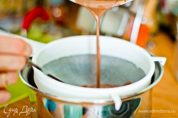 Снимите с огня, дайте напитку настояться в течение 5-10 минут. Процедите, чтобы удалить ваниль и корицу.
