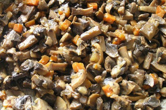 затем нарезанные грибы, тушить минут 20 до готовности.