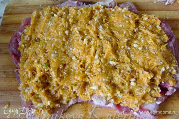 Выложить на мясо начинку, предварительно отжав ее немного от выделившегося сока.