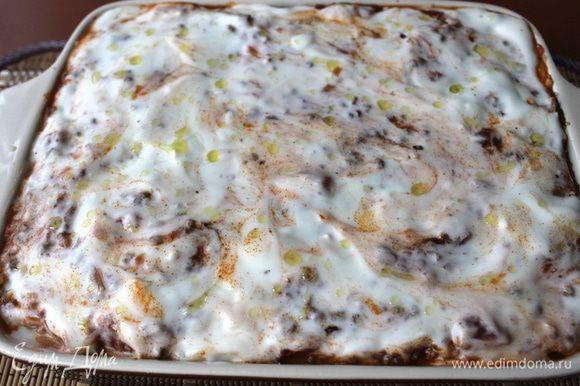 Сделайте два таких же слоя, заполнив форму. Последним слоем выкладываем листы лазаньи, немного болоньезе, и сверху должен быть соус бешамель. Сбрызгиваем его оливковым маслом.