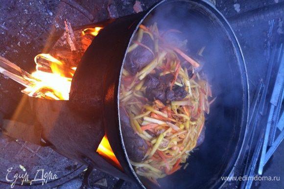 Далее добавить ложку соли и морковь, все обжарить.