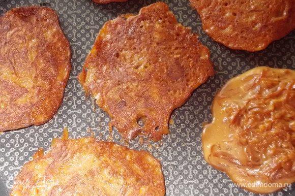 смешать тесто и капусту и жарить на сухой сковороде,желательно,антипригарной