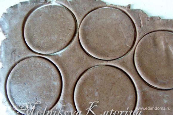 Охлажденное тесто раскатать, толщиной примерно 2-3 мм. Вырезать круги.