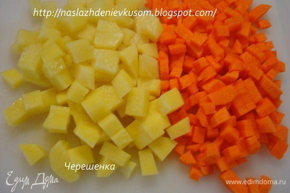 Картофель и морковь режем маленькими кубиками…