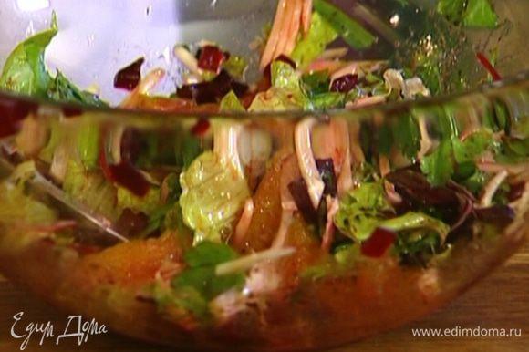 Добавить измельченный салат, половину натертого сыра, свеклу, зелень, полить оливковым маслом, бальзамическим и яблочным уксусом.
